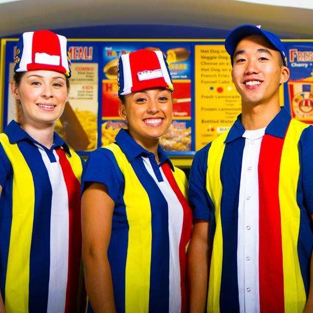 Hot-dog uniform: Cómo diseñar uniformes de confianza + 80 ejemplos reales