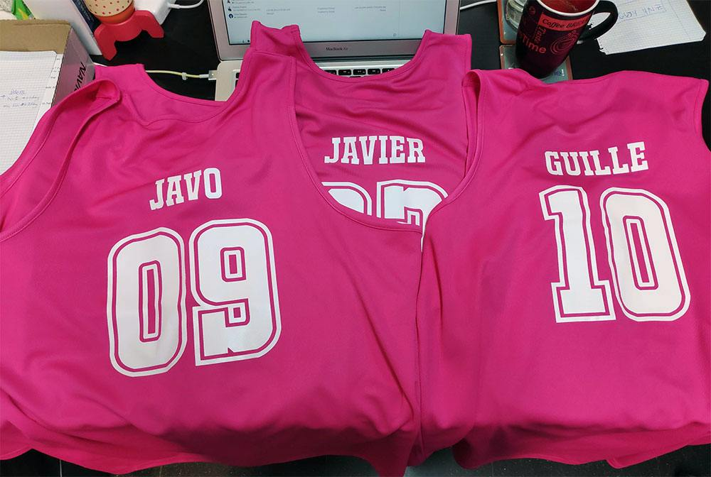 Camisetas deportivas - rosa fluorescente y tipografía blanca para resaltar.