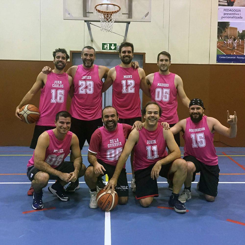 Camisetas deportivas - los Real Cólicos con sus camisetas.