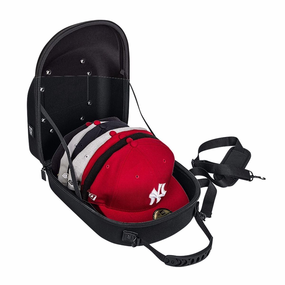 Una mochila especialmente diseñada para conservar gorras bordadas.