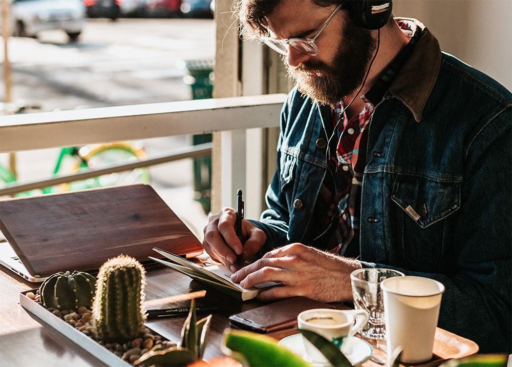 Los negocios online se pueden dirigir desde un café.